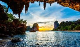 在Pranang海滩的日落 Railay,甲米府泰国 免版税库存照片