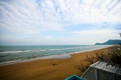 在Pranburi海滩的云彩小条 免版税库存照片
