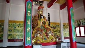 在Pratumnak小山的佛教寺庙在金黄菩萨雕象附近在芭达亚,泰国 股票录像