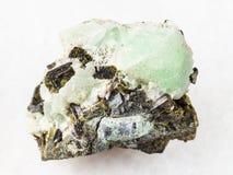 在prehnite石头的绿帘石水晶在白色 库存图片