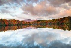 在Price湖的云彩泼溅物在秋天北卡罗来纳 免版税库存图片