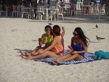 在Progresso海滩的俏丽的Latinas在日落 图库摄影