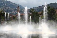在Promenade du Paillon在尼斯,法国的喷出的水 免版税库存照片