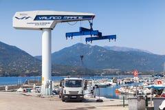 在Propriano乘快艇起重机,可西嘉岛小游艇船坞  免版税图库摄影
