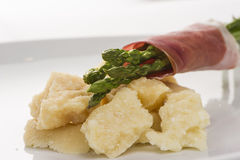 在Prosciutto肉包裹的新鲜的新芦笋o 免版税库存图片