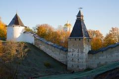 在Pskovo-Pechersky修道院的墙壁的10月早晨 普斯克夫地区,俄国 免版税库存图片