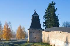 在Pskovo-Pechersky修道院的通告塔的10月早晨 Pechory 俄国 库存图片