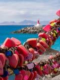 在Puerto del卡门的爱锁在兰萨罗特岛,加那利群岛,选择聚焦,在距离的灯塔,被弄脏的背景 免版税库存图片