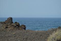 在Puerto Naos礁石的火山岩在Los Llanos城市 旅行,自然,环境美化 2015年7月11日 Los LLanos伊斯拉De 免版税图库摄影