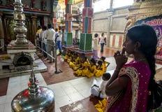 在Puja仪式期间,印度崇拜者祈祷在Koneswaram Kovil里面 免版税库存图片