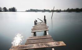 在Pulau Kekabu的老被毁坏的桥梁 免版税库存照片