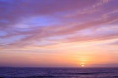 在Punakaiki新的Zeland日落的沿海线路 库存图片