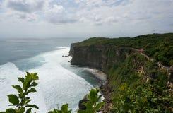 在Pura Luhur Uluwatu寺庙巴厘岛的峭壁 免版税库存图片