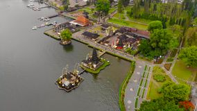 在Pura Ulun Danu寺庙的鸟瞰图在湖Bratan在巴厘岛,印度尼西亚 寄生虫在寺庙附近转动 股票录像