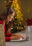 在purchasings笔记本名单的妇女文字 免版税库存图片