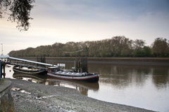 在Putney伦敦的泰晤士河小船 免版税库存照片