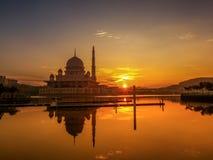在Putra清真寺,布城的美好的日出 免版税库存图片