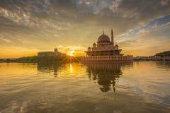 在Putra清真寺,布城马来西亚的美好的日出 图库摄影