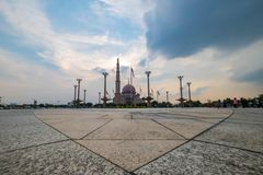 在Putra清真寺,布城马来西亚的美好的日落 库存照片