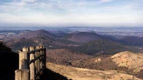 在Puy de Dome火山顶部的道路 Parc des volcans d'Auvergne 库存照片