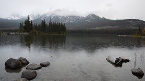 在Pyramid湖的多雨灰色早晨加拿大人的落矶山 股票录像