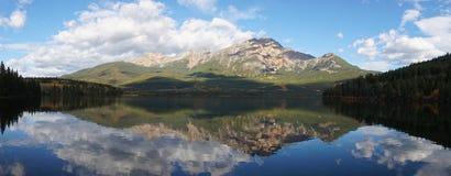 在Pyramid湖的镜象反射在班夫国家公园,加拿大 图库摄影