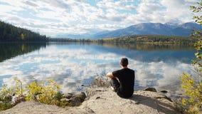 在Pyramid湖的镜象反射在班夫国家公园,加拿大 免版税库存照片