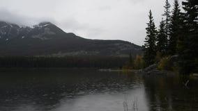 在Pyramid湖附近的多雨早晨加拿大人的落矶山 影视素材