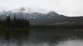 在Pyramid湖附近的多雨早晨加拿大人的落矶山 股票视频