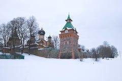 在Pyukhtitsky假定修道院的墙壁的阴暗冬日 Kuremae,爱沙尼亚 免版税库存图片