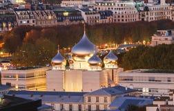 在Quai Branly和艾菲尔铁塔附近的东正教教会在巴黎,法国 图库摄影