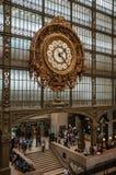 在Quai d `奥赛博物馆的主要大厅的金黄时钟视图在巴黎 库存照片
