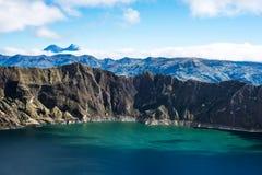 在Quilotoa盐水湖下的Ilinizas火山,安地斯 厄瓜多尔 库存图片