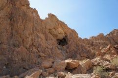 在Qumran高原的著名洞 免版税图库摄影