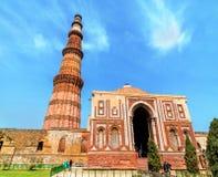 在Qutb复合体的阿来Darwaza和Qutub Minar在德里,印度 库存照片