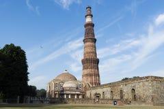 在Qutb复合体里面的Qutub Minar和阿来Darwaza在Mehrauli 免版税图库摄影