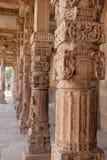 在Qutub Minar复合体,德里,印度的柱子 免版税库存图片