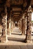 在Qutub Minar复合体,德里,印度的柱子 库存图片