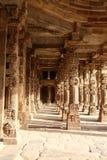 在Qutub Minar复合体,德里,印度的柱子 免版税库存照片
