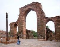 在Qutub Minar的铁柱子在德里,印度 免版税库存照片