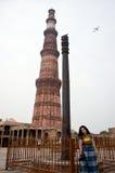 在Qutub Minar的铁柱子在德里,印度 图库摄影