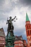 在Römerberg的夫人正义在法兰克福 免版税库存照片