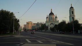 在Radonezh的圣Sergius牧师旁边寺庙的城市交通在Rogozhskaya Sloboda,莫斯科,俄罗斯的 股票视频