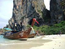 在Railay海滩的大小船 免版税库存图片
