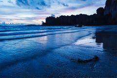 在Railay海滩的日落。Railay,甲米府泰国 免版税库存照片