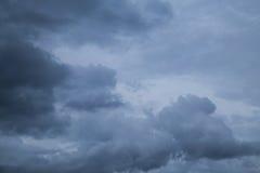在rainfalling前的Grayclouds 图库摄影