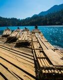 在Rajjaprabha水坝,泰国的竹木筏 免版税库存图片
