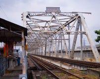 在Rama 6桥梁的老和生锈的铁路横跨昭拍耶河 免版税库存图片