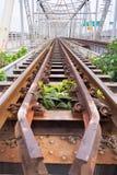 在Rama 6桥梁的老和生锈的铁路横跨昭拍耶河 免版税库存照片