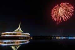 在Rama IX国王公园的纪念碑有烟花背景 库存照片
